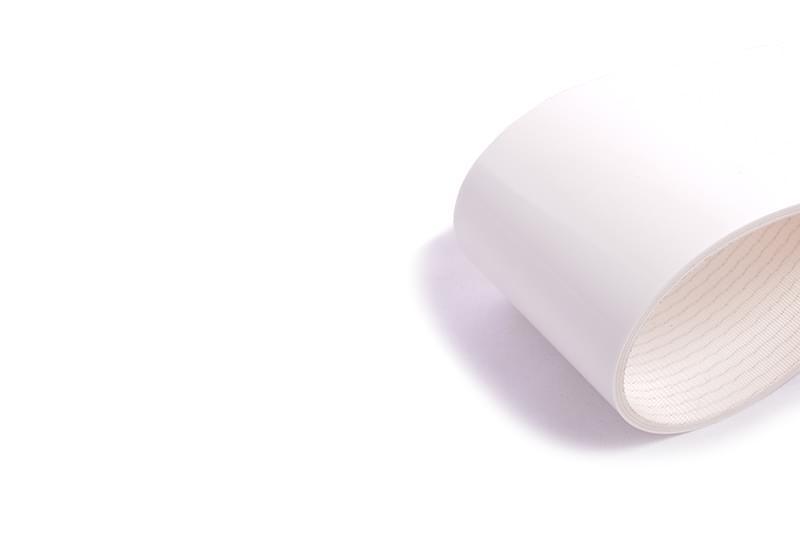 correia sanitária de duas lonas em PVC branco cobertura dupla face e perfil inferior de pirâmide negativa